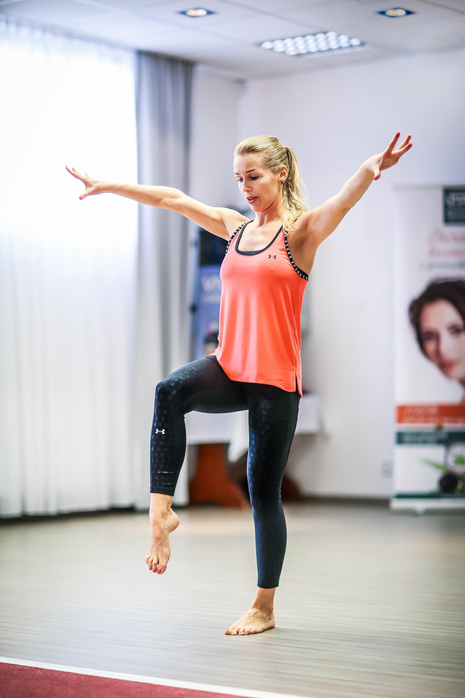 fitness-trenerka-cviceni-odbourani-tuku-posileni-svalstva-metabolismus-zdravi-harmonieteladuse-ceskytesin